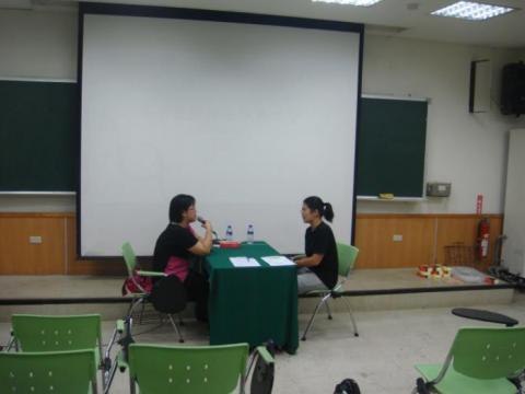 林秀姍組長與學生進行徵才模擬面試提供建議及改善方法.png